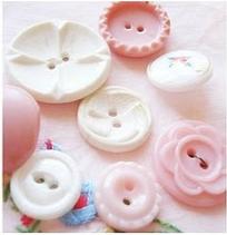 Botones blancos y rosados