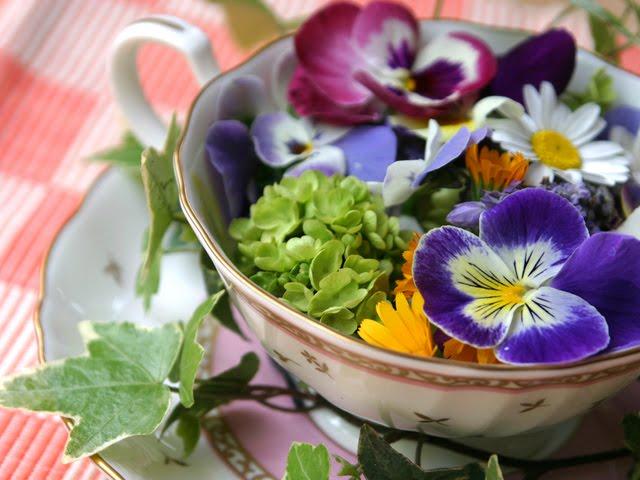 100715_decoretro-flores-en-taza-de-te